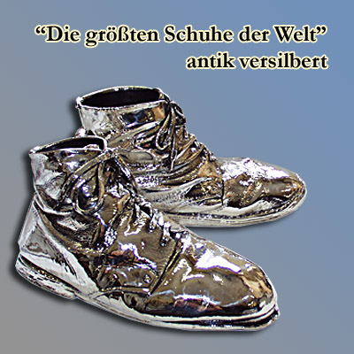 Die größten Schuhe der Welt, versilbert